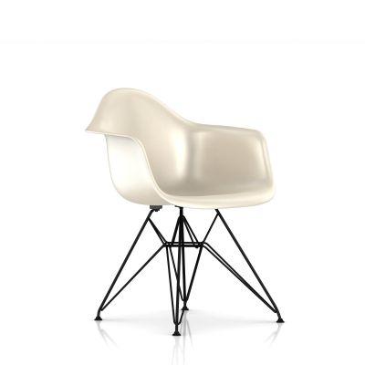Eames 金属底座模压玻璃纤维扶手椅