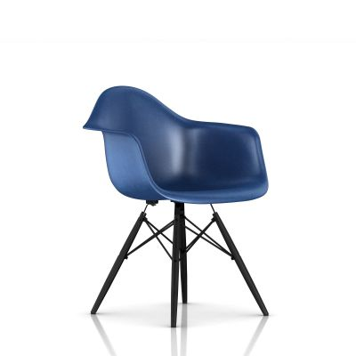 Eames 木质底座模压玻璃纤维扶手椅